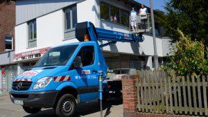 Arbeitsbühnen Lüneburg - Maler arbeitet mit Arbeitsbühnen in Lüneburg